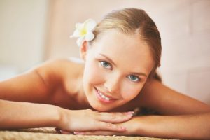 Цветок Франжипани в волосах